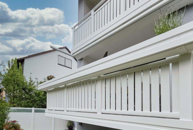 Weißer Balkon mit Alu Classic Vilshofen Balkongeländer