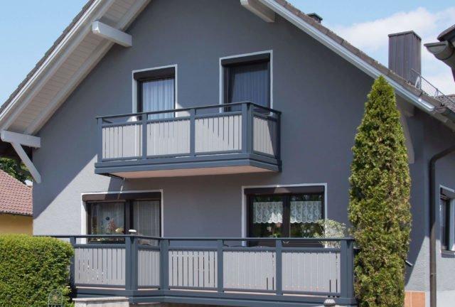 Graues Einfamilienhaus mit Alu Classic Vilshofen Balkongeländer