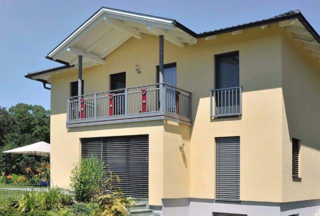 Neues Haus mit Alu Design Lombardei Balkongeländer